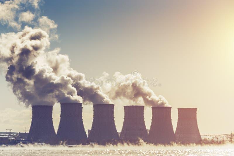 Kühltürme des Atomkraftwerks oder des NPP in Novovoronezh, radioaktiv stockfotos