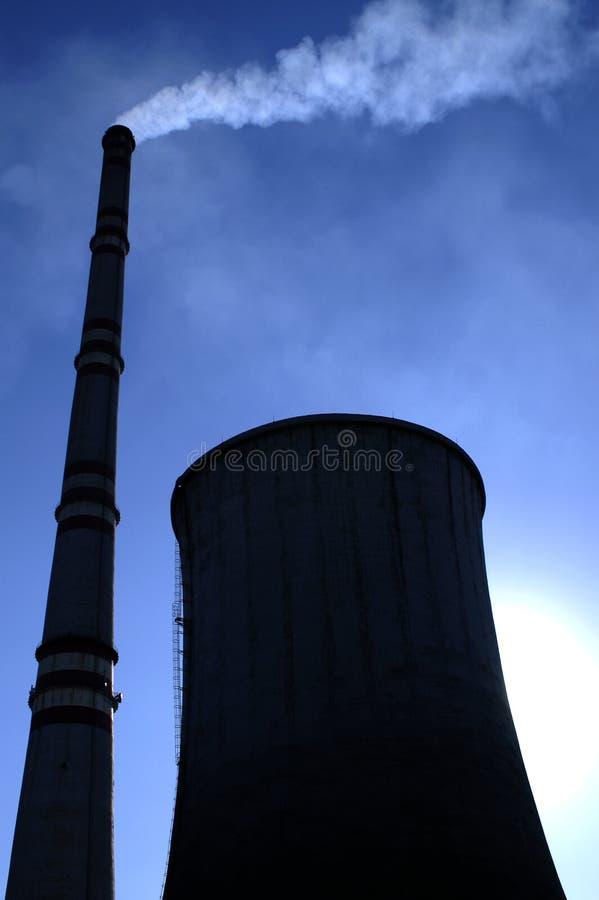 Kühlturm und Kamin lizenzfreie stockfotos