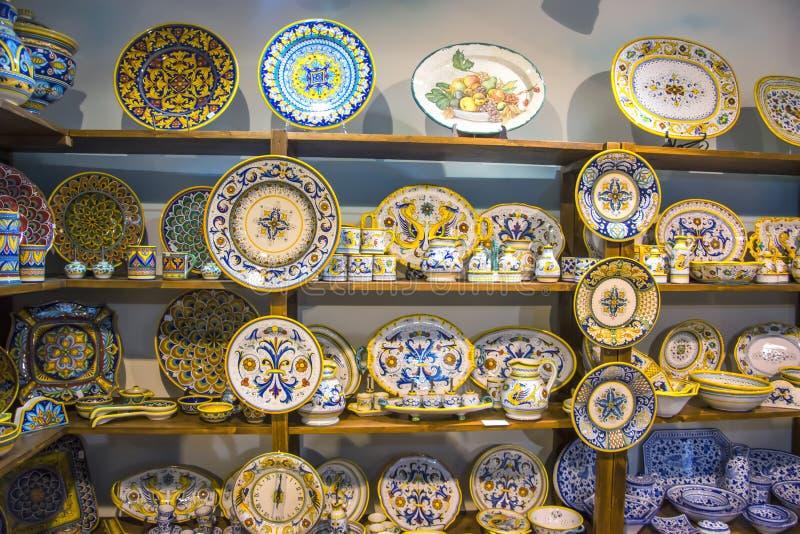 Künste und Handwerk bearbeitet traditionelle italienische keramische Anzeige im Souvenirladen stockbild