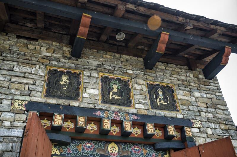Künste von Bhutan und religiöses Schnitzen am Eingang von nationalem Erinnerungs-Chorten, Thimphu, Bhutan stockfoto