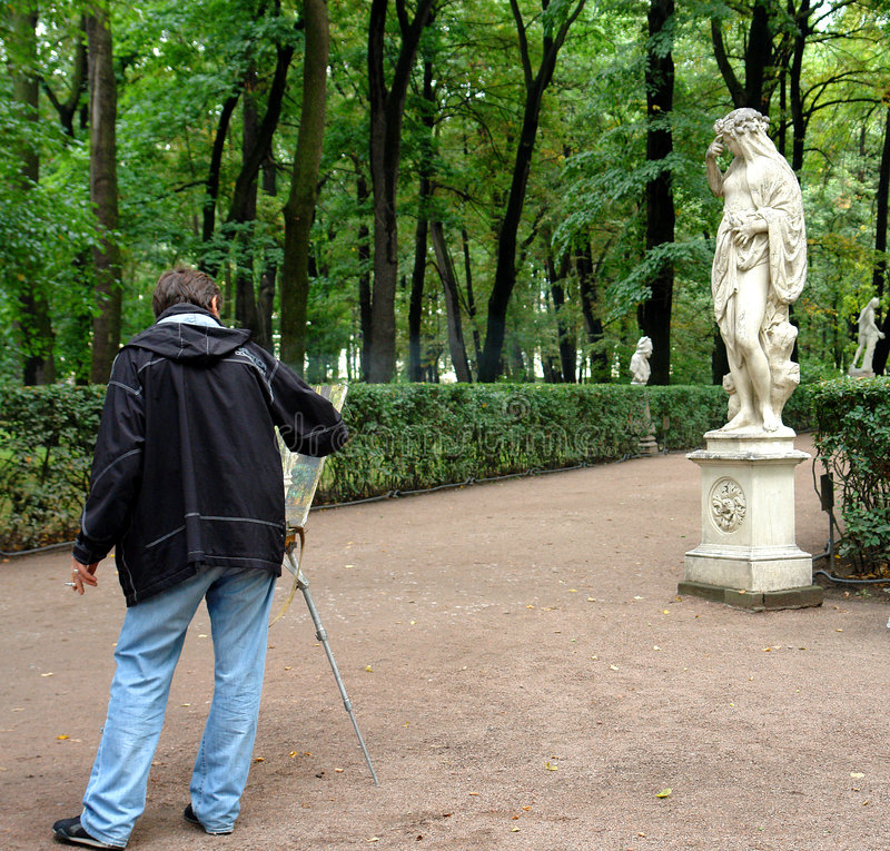 Künstler, der eine alte Statue malt stockbild
