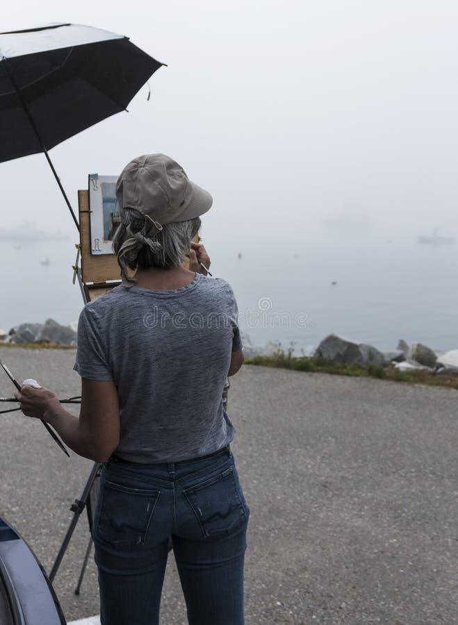 Künstler, der eine faggy Wasserszene in Maine malt stockfotos