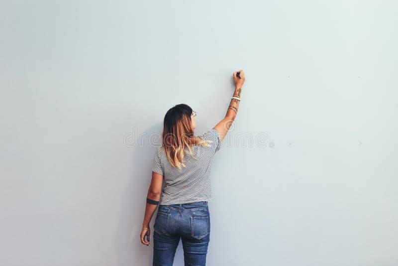 Künstler, der eine Skizze auf einer Wand macht lizenzfreie stockbilder