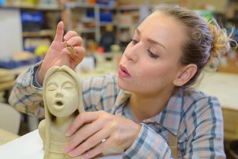 Künstler, der eine Statue durchbrennt lizenzfreies stockbild