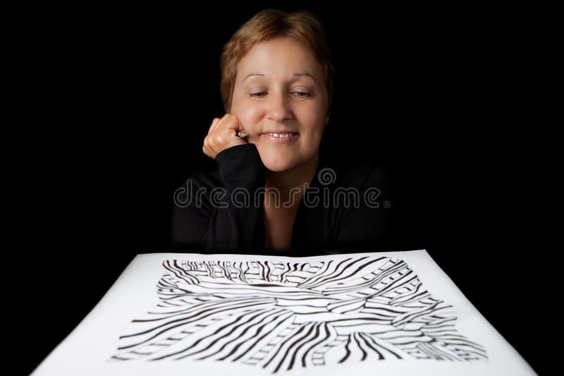 Künstler, der ihre Arbeit bewundert stockbild