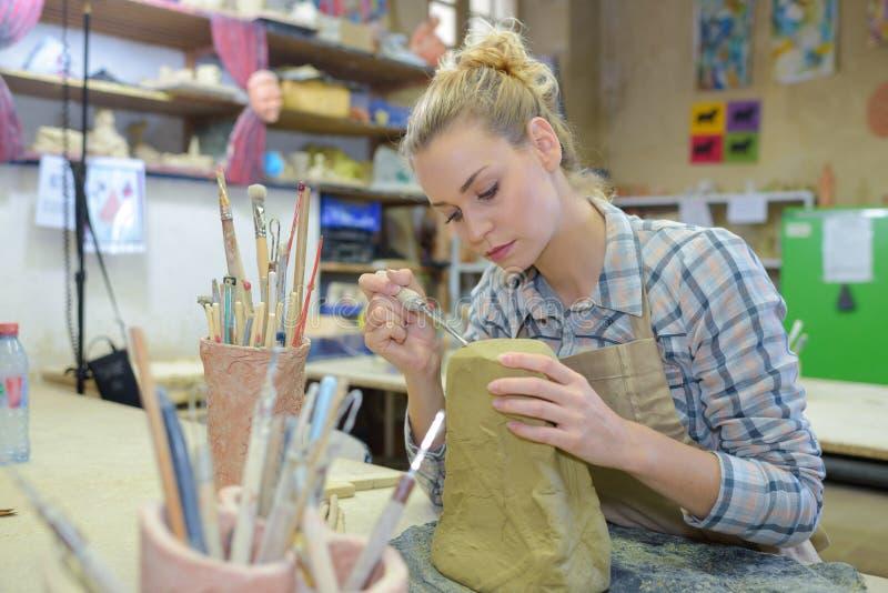 Künstler, der mit Lehm arbeitet stockbilder