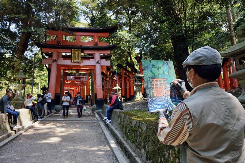 Künstler, der Torii im Schrein malt lizenzfreies stockfoto