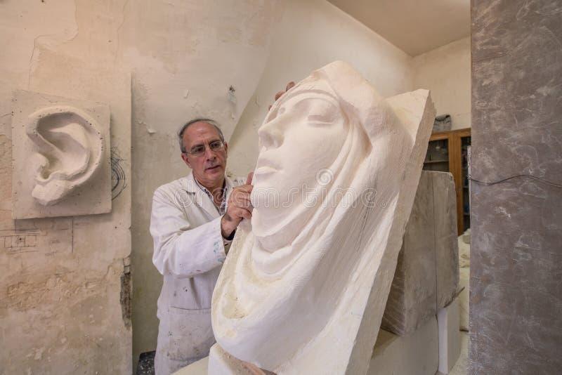 Künstler im Kunststudio bei der Arbeit über Skulptur vektor abbildung