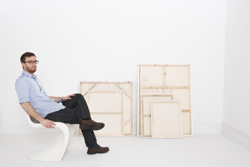 Künstler mit Anstrichen im Studio stockfoto
