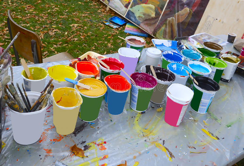 Künstler-Schalen verschiedene Malereifarben stockfotos