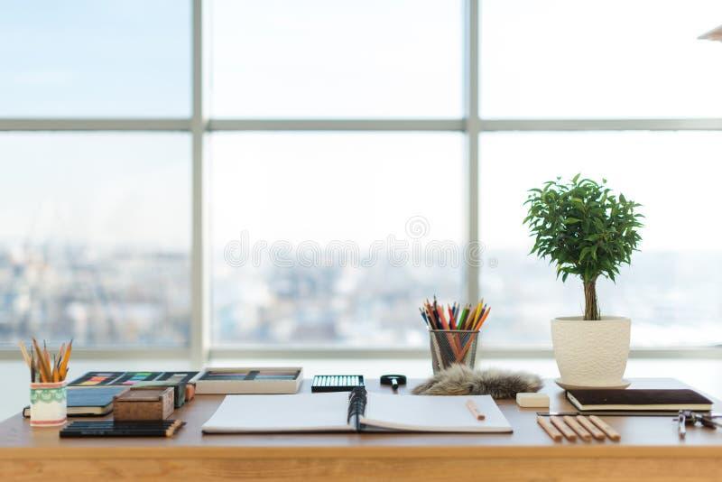 Künstlerarbeitsplatz bereit zum Pastell, zeichnend Bunte Bleistifte und Zeichenstiftpalette organisiert auf dem Desktop stockbild