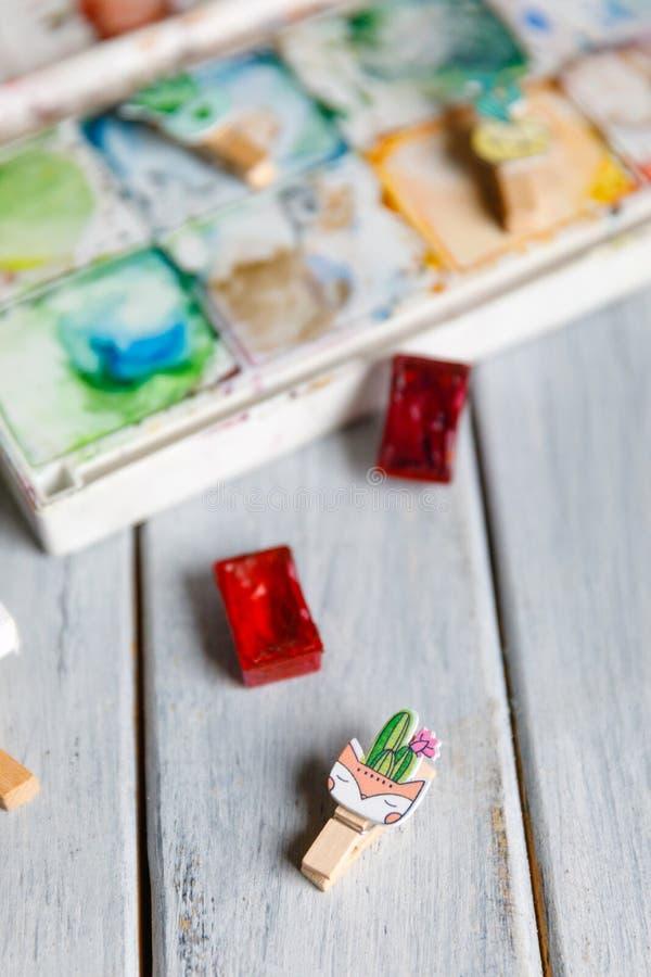 Künstlerarbeitsplatz: Weiße Tabelle eines Künstlers mit Kunstwerkzeugen für das Zeichnen lizenzfreie stockfotos