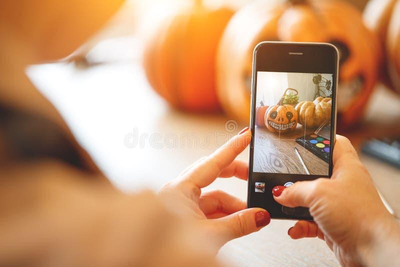 Künstlerin bereitet sich für Halloween und auf smartpho fotografiert vor lizenzfreies stockbild