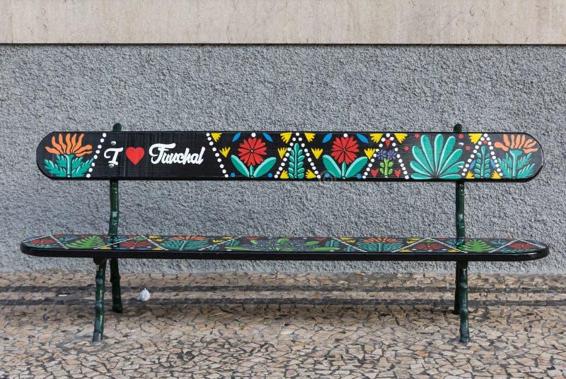 K?nstlerisch gemalte Holzbank auf Avenida Arriaga in Funchal Madeira, Portugal stockbilder