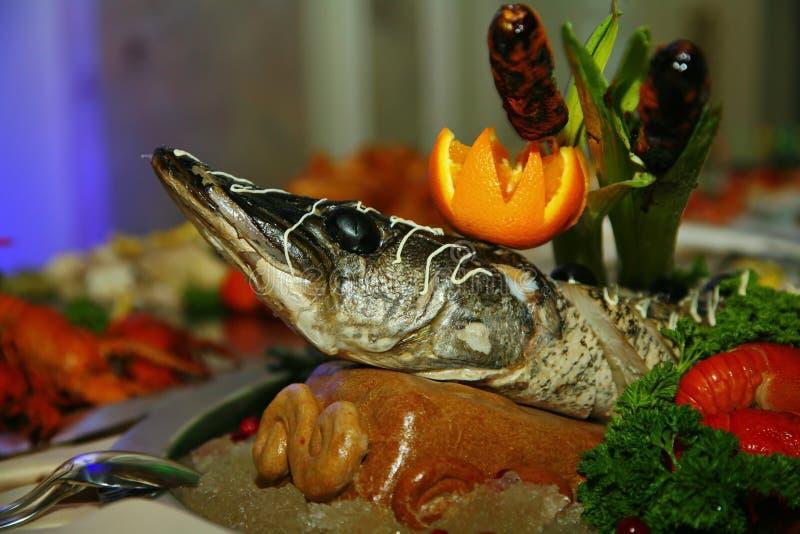 Künstlerisch mit dem sterlet des gefilten Fisches, das völlig verziert eine gebacken wird, Zartheit vom Chef - ein Teller des Wil lizenzfreie stockfotografie