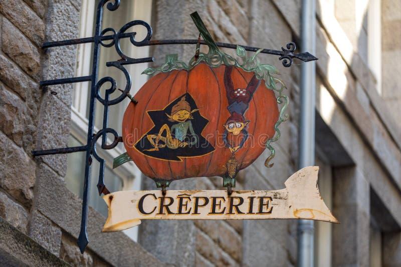 Künstlerisch stilisierte Werbung für Creperie in St Malo, Frankreich stockbild