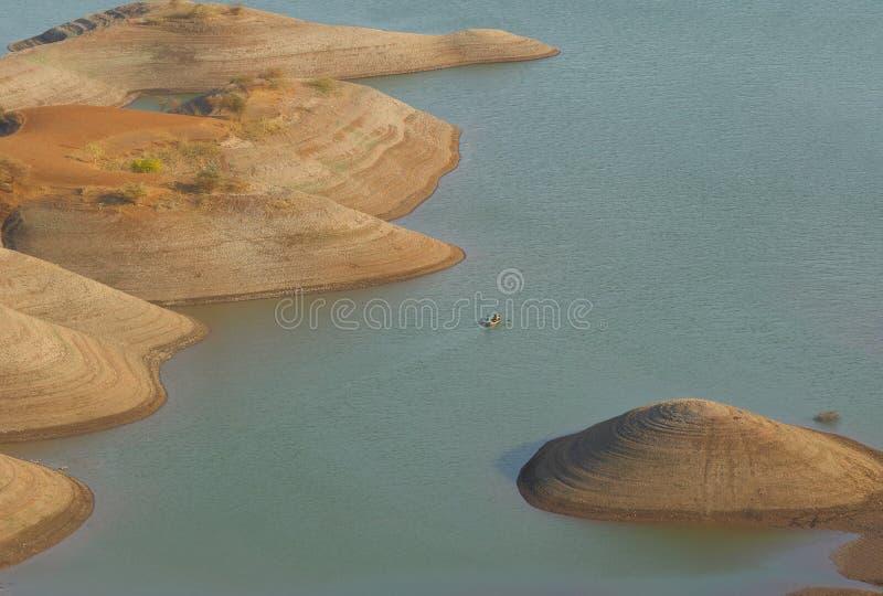Künstlerische Abnutzung des Landes vom Fluss stockfotografie