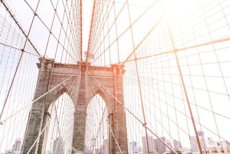 Künstlerische Ansicht der berühmten Brooklyin-Brücke in New York Bild genommen auf dem oberen Teil, mit Gebäudeskylinen hinten Ko stockbilder