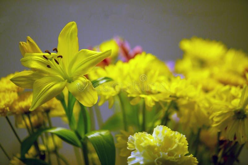 Künstlerische Blumenanordnung mit gelben Blumen stockfotos