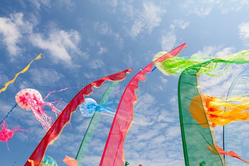 Künstlerische Drachen, Flaggen, streift das Flattern im Himmel ab lizenzfreies stockbild