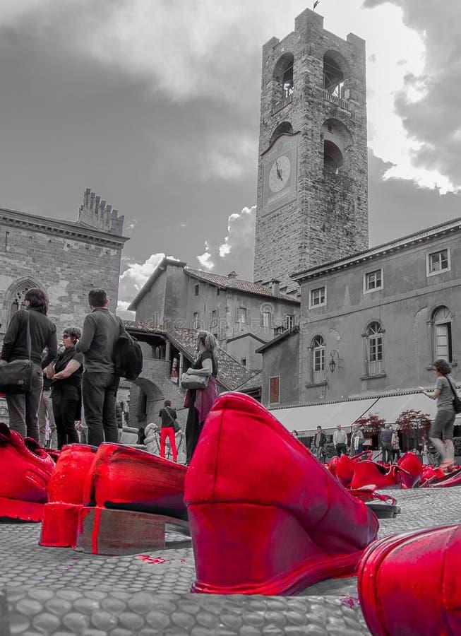 Künstlerische Installation gegen Gewalttätigkeit gegen Frauen stockfotografie