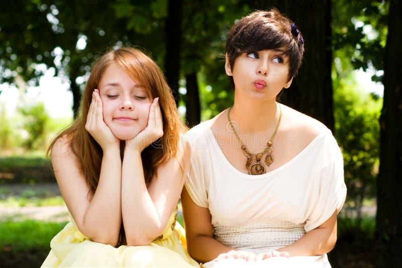 Künstlerische junge Mädchen im Park stockfotos