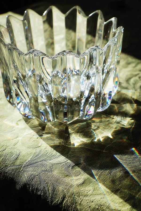 Künstlerische Kristallschüssel im Rücklicht, das Licht beugt lizenzfreie stockfotos