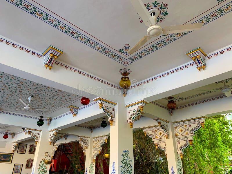 Künstlerische verzierte und traditionelle Architektur in Udaipur, Rajasthan, Indien stockfotografie