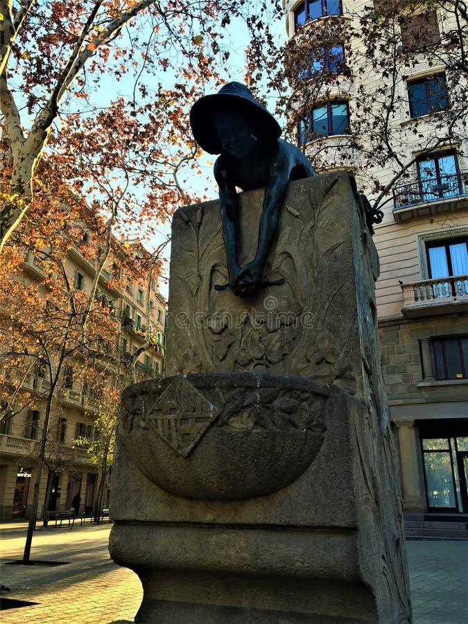 Künstlerischer Brunnen in Barcelona- und Jungenskulptur lizenzfreie stockfotos