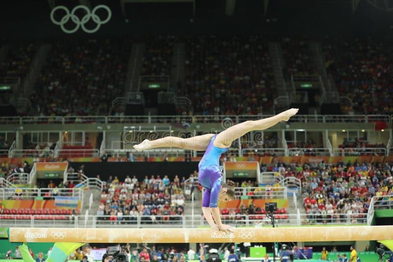 Künstlerischer Turner Aliya Mustafina der Russischen Föderation konkurriert im Schwebebalken an Frauen ` s vielseitiger Gymnastik stockbild
