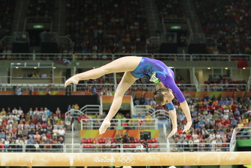 Künstlerischer Turner Aliya Mustafina der Russischen Föderation konkurriert im Schwebebalken an Frauen ` s vielseitiger Gymnastik lizenzfreies stockbild