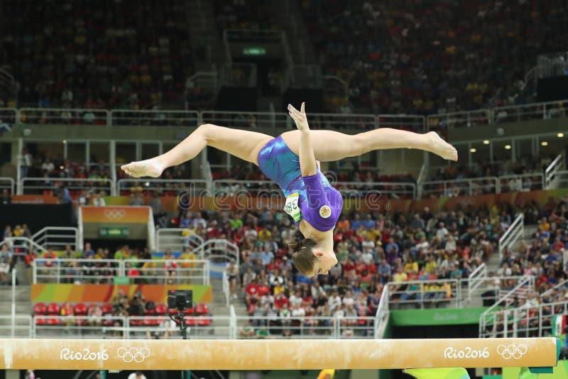 Künstlerischer Turner Aliya Mustafina der Russischen Föderation konkurriert im Schwebebalken an Frauen ` s vielseitiger Gymnastik lizenzfreie stockbilder