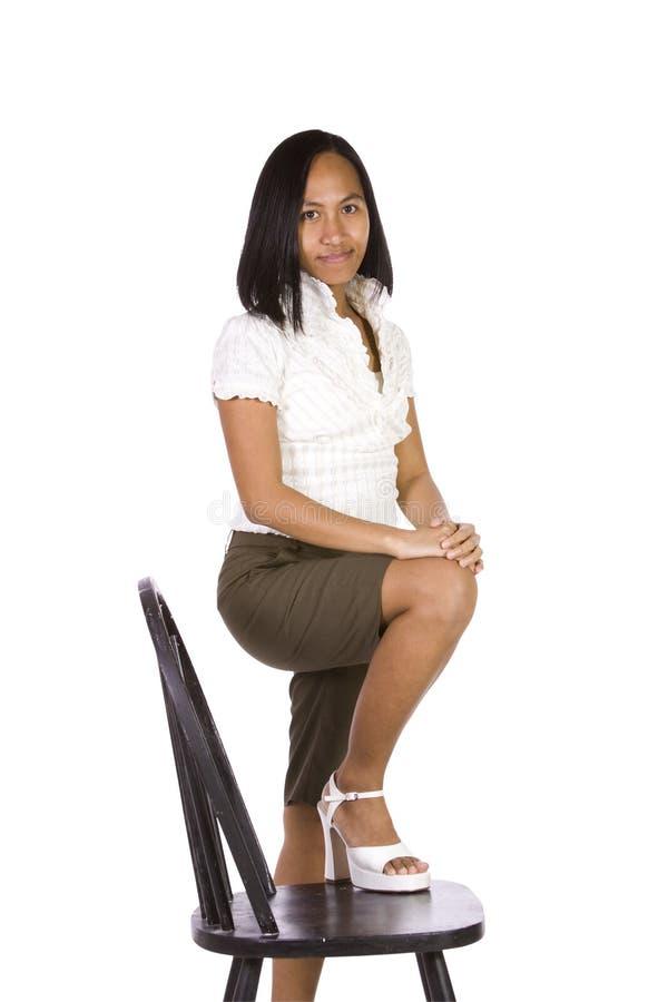 Künstlerisches Bild einer Frau, die auf einem Stuhl sitzt lizenzfreie stockbilder