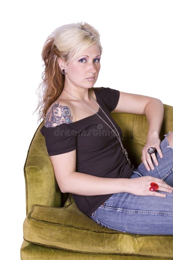 Künstlerisches Bild einer Frau, die auf einem Stuhl sitzt stockbild