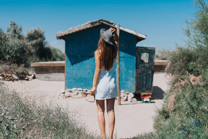 Künstlerisches Foto des jungen Hippie-Reisendmädchens stockfotos