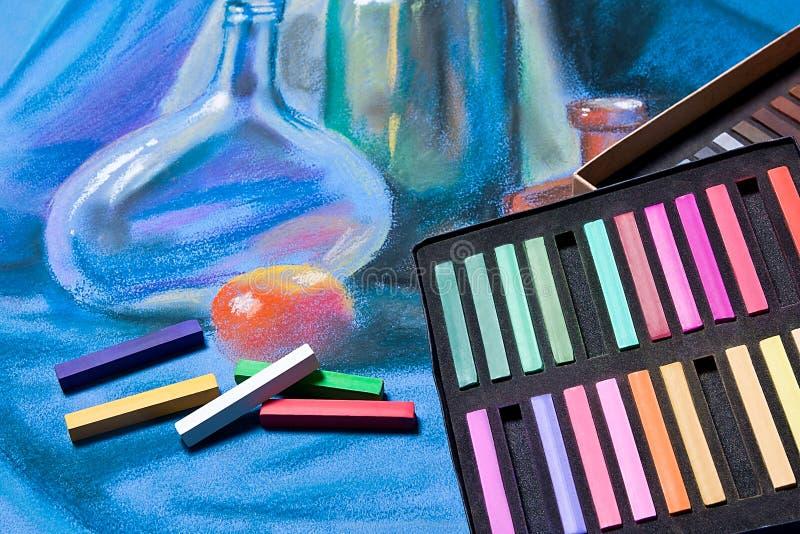 Künstlerpastelle und ursprüngliche Pastellzeichnung des Stilllebens stockfotografie