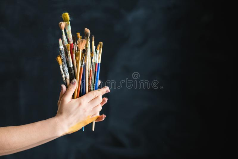 Künstlerversorgungskunstlebensstil-Malerpinselhände lizenzfreies stockbild