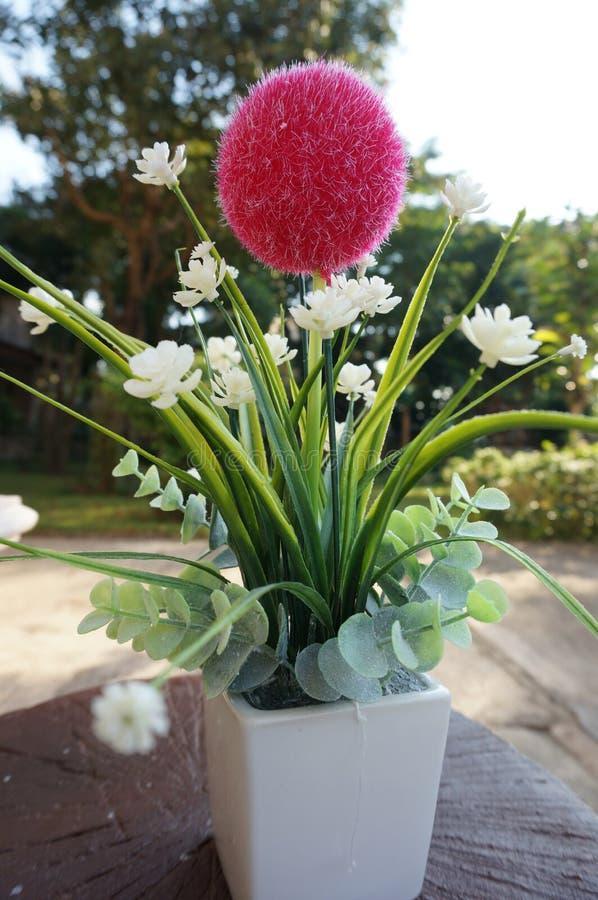 Künstliche Blume des rosa Balls des Strickgarns lizenzfreie stockbilder