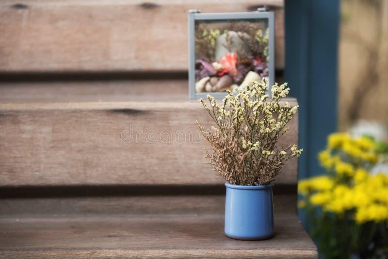 künstliche Blume verziert auf hölzerner Treppe stockfoto