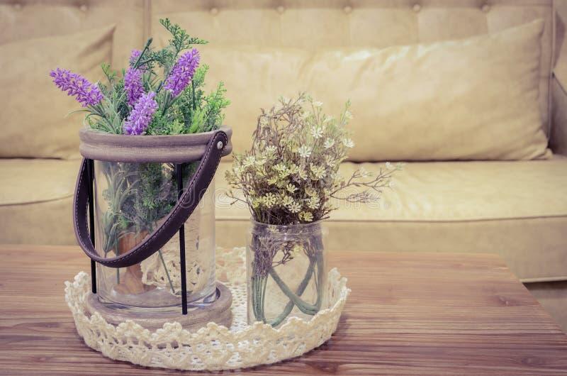 Künstliche Blumen auf Holztisch lizenzfreie stockbilder