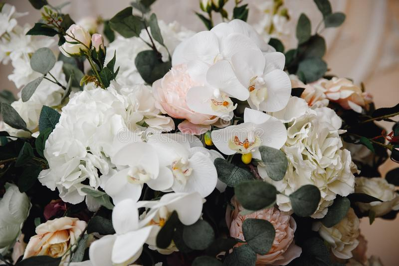 Künstliche Blumen im Blumenstrauß, wirkliche Empfindungen, auf weißem Hintergrund stockfoto