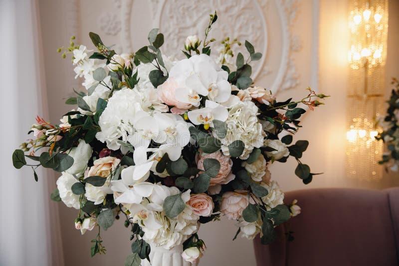 Künstliche Blumen im Blumenstrauß, wirkliche Empfindungen, auf weißem Hintergrund lizenzfreie stockbilder