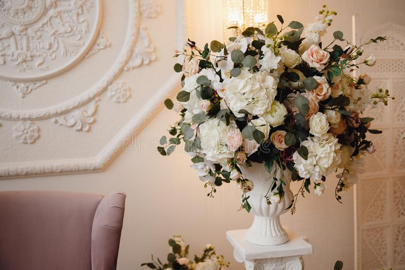 Künstliche Blumen im Blumenstrauß, wirkliche Empfindungen, auf weißem Hintergrund lizenzfreie stockfotografie