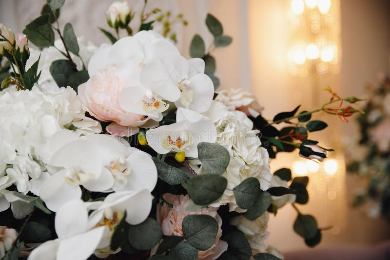 Künstliche Blumen im Blumenstrauß, wirkliche Empfindungen, auf weißem Hintergrund lizenzfreies stockfoto