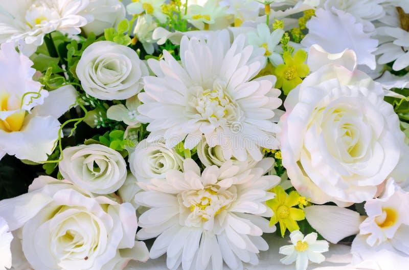 Künstliche Blumen von weißer Rose und von Gerbera für Dekoration lizenzfreie stockfotos