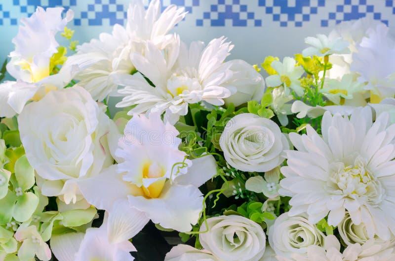 Künstliche Blumen von weißer Rose und von Gerbera für Dekoration stockfotografie