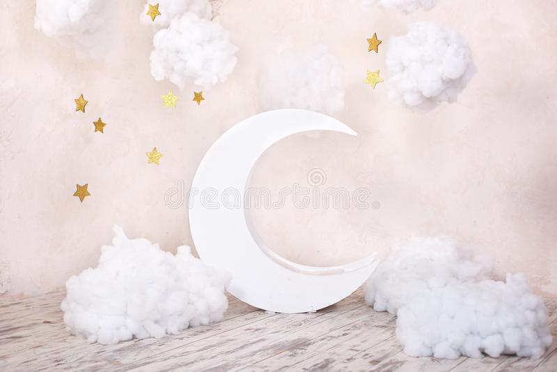 Künstliche Dekorationen mit einem Mond und Sternen Weinlesedekorationen Stilvolles Weinlesekinderzimmer mit einem hölzernen Mond  lizenzfreie stockbilder