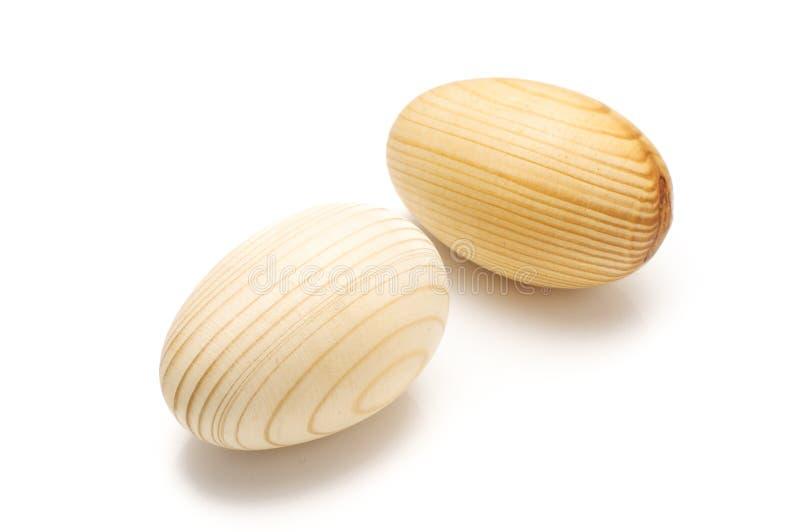 Künstliche hölzerne Eier lokalisiert auf dem weißen Hintergrund stockfotografie