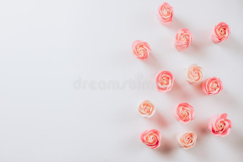 Künstliche rosa Rosen auf einem weißen Hintergrund für Valentinsgruß-Tag stockbilder