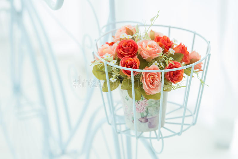 Künstliche Rosen im Korb lizenzfreie stockfotos